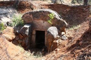 Μακεδονικός τάφος στις Μεξιάτες. Οι μακεδονικοί τάφοι βρέθηκαν στο χωριό την δεκαετία του 80 σε αγρό με ελιές, κατά την διάρκεια οργώματος